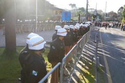 Ópera de Arame amanhece cercada da PMs para votação de pacote fiscal: servidores já estão no local