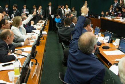 Comissão da reforma política decide manter cargos de vice no executivo