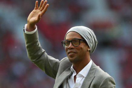 Ronaldinho pisa na bola