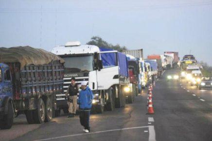 Caminhoneiros seguem com bloqueios em rodovias do Paraná