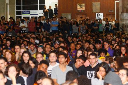 Estudantes da UFPR vão para as ruas protestar contra o corte de verbas