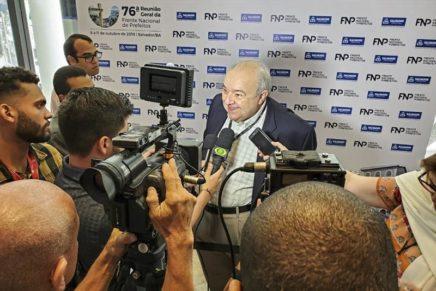 Em encontro nacional, Greca cobra atenção do governo federal aos municípios