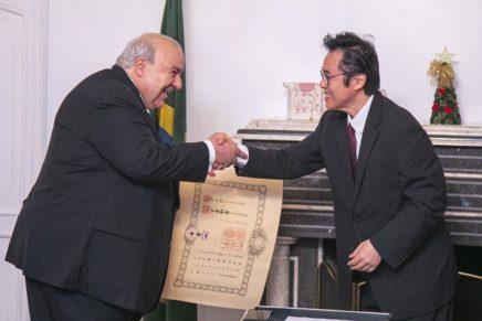 Greca recebe condecoração concedida pelo Imperador do Japão