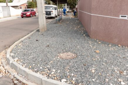 Segue construção de calçada na Rua Adalberto de Andrade